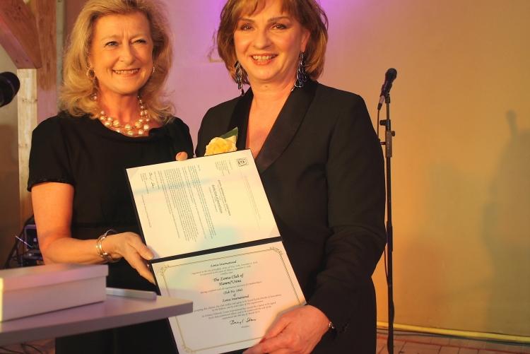 Übereichen der Charterurkunde durch District Governor Lydia Chaillou, Paris