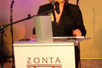 Gründungspräsidentin Dr. Ilse Stempleweski eröffnet die Feier